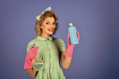 Καθαρισμός σπιτιών απορρυπαντικά Μπουκάλι σούπας λαβής γυναικών Pinup Στοκ Φωτογραφίες