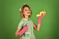 Καθαρισμός σπιτιών απορρυπαντικά Οικονόμος σε ομοιόμορφο με τον καθαρό ψεκασμό, ξεσκονόπανο Στοκ Φωτογραφίες
