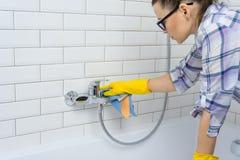 Καθαρισμός σπιτιών Η γυναίκα καθαρίζει στο λουτρό στο σπίτι Στοκ φωτογραφία με δικαίωμα ελεύθερης χρήσης