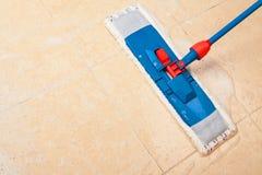 Καθαρισμός σπιτιών με τη σφουγγαρίστρα Στοκ Φωτογραφίες