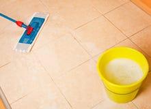 Καθαρισμός σπιτιών με τη σφουγγαρίστρα Στοκ Εικόνα