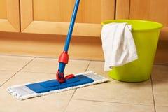 Καθαρισμός σπιτιών με τη σφουγγαρίστρα Στοκ Φωτογραφία