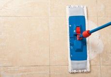 Καθαρισμός σπιτιών με τη σφουγγαρίστρα Στοκ εικόνα με δικαίωμα ελεύθερης χρήσης