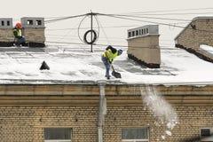 Καθαρισμός στεγών από το χιόνι Στοκ Εικόνα