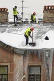Καθαρισμός στεγών από το χιόνι Στοκ φωτογραφία με δικαίωμα ελεύθερης χρήσης