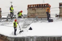 Καθαρισμός στεγών από το χιόνι Στοκ Εικόνες