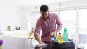 Καθαρισμός της κουζίνας απόθεμα βίντεο