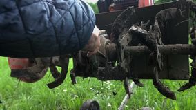 Καθαρισμός του αρότρου καλλιεργητών με ένα ξύλινο ραβδί φιλμ μικρού μήκους