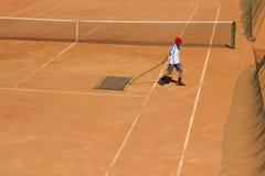 Καθαρισμός του γηπέδου αντισφαίρισης Υπηρεσία δικαστηρίου Καθαρισμός του εδάφους για την αντισφαίριση Στοκ Φωτογραφίες