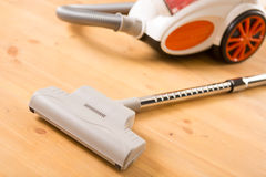 Καθαρισμός του διαμερίσματος. Ηλεκτρική σκούπα στο πάτωμα στοκ φωτογραφία