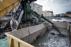 Καθαρισμός του κατώτατου σημείου καναλιών πόλεων Στοκ Εικόνες