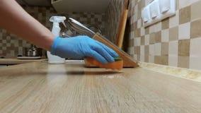 Καθαρισμός του μετρητή με spay και του σφουγγαριού σε μια κουζίνα