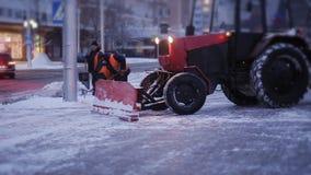 Καθαρισμός του οργώνοντας χιονιού αυτοκινήτων στην πλευρά της οδού Καθαρισμός της πλευράς του δρόμου μετά από χιονοπτώσεις απόθεμα βίντεο