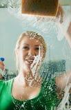καθαρισμός του παραθύρο& Στοκ εικόνα με δικαίωμα ελεύθερης χρήσης