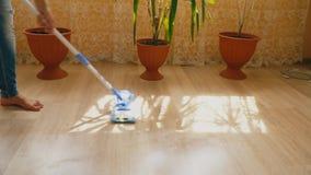Καθαρισμός του πατώματος με μια σφουγγαρίστρα απόθεμα βίντεο