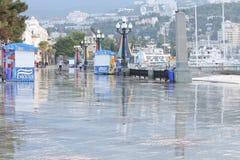 Καθαρισμός του περιπάτου παραλιών στη παραθεριστική πόλη Yalta στο θόριο Στοκ Φωτογραφία