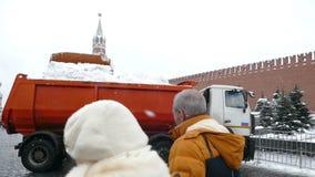 Καθαρισμός του χιονιού κοντά στο Κρεμλίνο απόθεμα βίντεο
