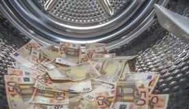 καθαρισμός των ξεραίνοντας ευρώ που ξεπλένουν τα χρήματα επάνω στην πλύση Στοκ Φωτογραφίες