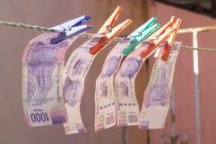 καθαρισμός των ξεραίνοντας ευρώ που ξεπλένουν τα χρήματα επάνω στην πλύση Στοκ φωτογραφίες με δικαίωμα ελεύθερης χρήσης