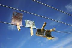 καθαρισμός των ξεραίνοντας ευρώ που ξεπλένουν τα χρήματα επάνω στην πλύση Στοκ Φωτογραφία