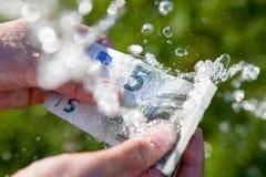 καθαρισμός των ξεραίνοντας ευρώ που ξεπλένουν τα χρήματα επάνω στην πλύση στοκ εικόνες
