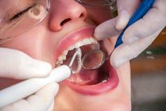 Καθαρισμός των δοντιών Στοκ Φωτογραφίες