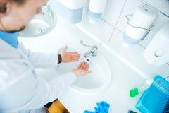 Καθαρισμός χεριών γραφείων γιατρών Στοκ φωτογραφίες με δικαίωμα ελεύθερης χρήσης