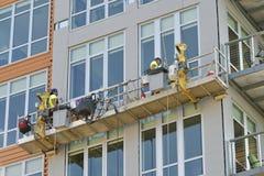 Καθαριστές παραθύρων που εργάζονται στο εξωτερικό ενός κτηρίου Στοκ εικόνες με δικαίωμα ελεύθερης χρήσης