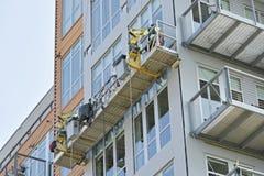 Καθαριστές παραθύρων που εργάζονται στο εξωτερικό ενός κτηρίου Στοκ Φωτογραφία