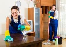 Καθαριστές που καθαρίζουν στο δωμάτιο Στοκ εικόνες με δικαίωμα ελεύθερης χρήσης