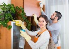 Καθαριστές που καθαρίζουν στο δωμάτιο Στοκ Φωτογραφίες