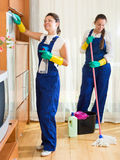 Καθαριστές που καθαρίζουν στο δωμάτιο Στοκ Φωτογραφία