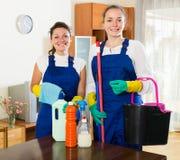 Καθαριστές που καθαρίζουν στο δωμάτιο Στοκ Εικόνες