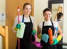 Καθαριστές που πλένουν το διαμέρισμα Στοκ Φωτογραφίες
