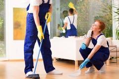 Καθαριστές που σκουπίζουν το πάτωμα Στοκ φωτογραφίες με δικαίωμα ελεύθερης χρήσης