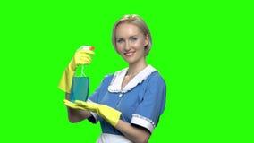 Καθαριστής γυναικών με τον ψεκαστήρα απόθεμα βίντεο