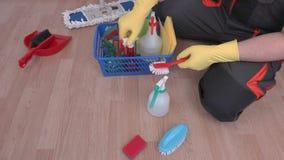 Καθαριστής κοντά στο πλαστικό κιβώτιο του καθαρισμού του εξοπλισμού και των εξαρτημάτων φιλμ μικρού μήκους