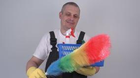 Καθαριστής με τη ζωηρόχρωμη βούρτσα απόθεμα βίντεο