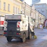 Καθαριστής οδών στην οδό Arbat στη Μόσχα Στοκ Φωτογραφίες