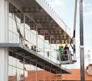 Καθαριστής παραθύρων που εργάζεται σε μια πρόσοψη γυαλιού Στοκ Φωτογραφίες
