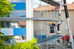 Καθαριστής παραθύρων που εργάζεται σε μια πρόσοψη γυαλιού Στοκ φωτογραφίες με δικαίωμα ελεύθερης χρήσης