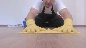 Καθαριστής που γυαλίζεται και που ελέγχει την επιφάνεια επίπλων απόθεμα βίντεο