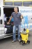 Καθαριστής που στέκεται δίπλα στο φορτηγό Στοκ Εικόνες