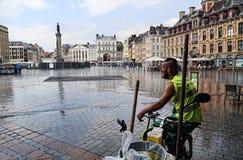 Καθαριστής πόλεων που προφυλάσσει από τη βροχή στη Λίλλη, Γαλλία Στοκ φωτογραφία με δικαίωμα ελεύθερης χρήσης