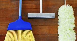 Καθαριστής σκουπών, ξεσκονόπανων και πατωμάτων απόθεμα βίντεο