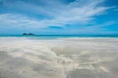 Καθαροί παραλία και μπλε ουρανός Στοκ Εικόνα