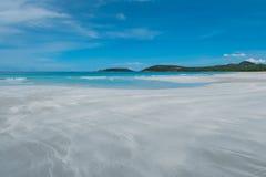 Καθαροί παραλία και μπλε ουρανός Στοκ φωτογραφίες με δικαίωμα ελεύθερης χρήσης