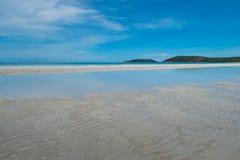 Καθαροί παραλία και μπλε ουρανός Στοκ εικόνα με δικαίωμα ελεύθερης χρήσης