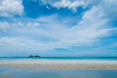 Καθαροί παραλία και μπλε ουρανός Στοκ Εικόνες