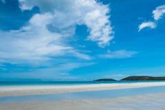 Καθαροί παραλία και μπλε ουρανός Στοκ εικόνες με δικαίωμα ελεύθερης χρήσης